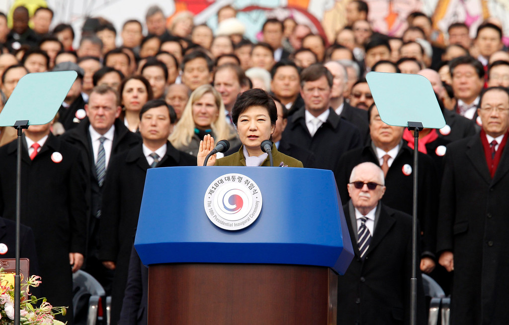 . South Korea\'s new President Park Geun-hye (C) administers the oath of office during her inauguration at parliament in Seoul February 25, 2013. Park Geun-hye became the first female president of South Korea on Monday, who is the daughter of a former military dictator Park Chung-hee who took power in a military coup in 1961 and ruled the country for 18 years.  REUTERS/Kim Hong-Ji
