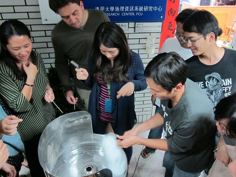 圖1_園遊會前練習棉花糖製作過程.JPG