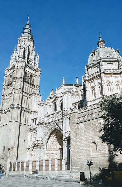 White facade of the Toledo Cathedral.