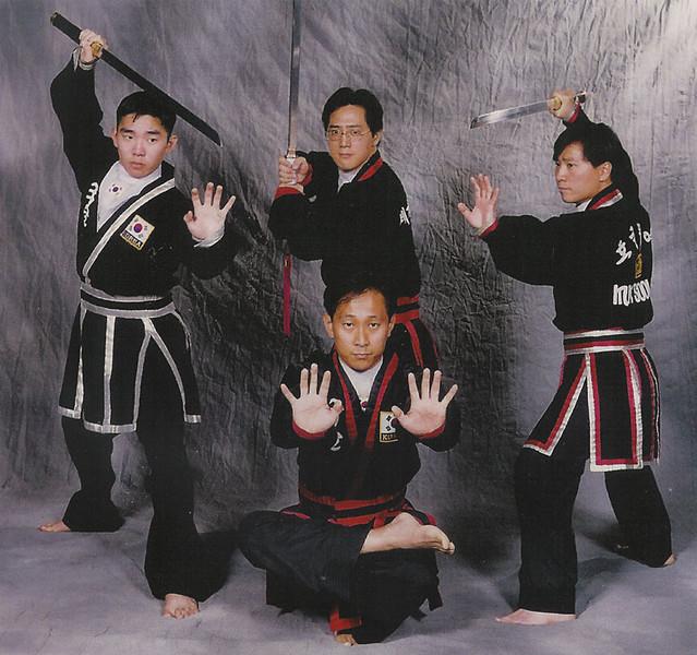 Una de las múltiples especialidades de la familia Suh, el manejo de la espada tradicional Coreana
