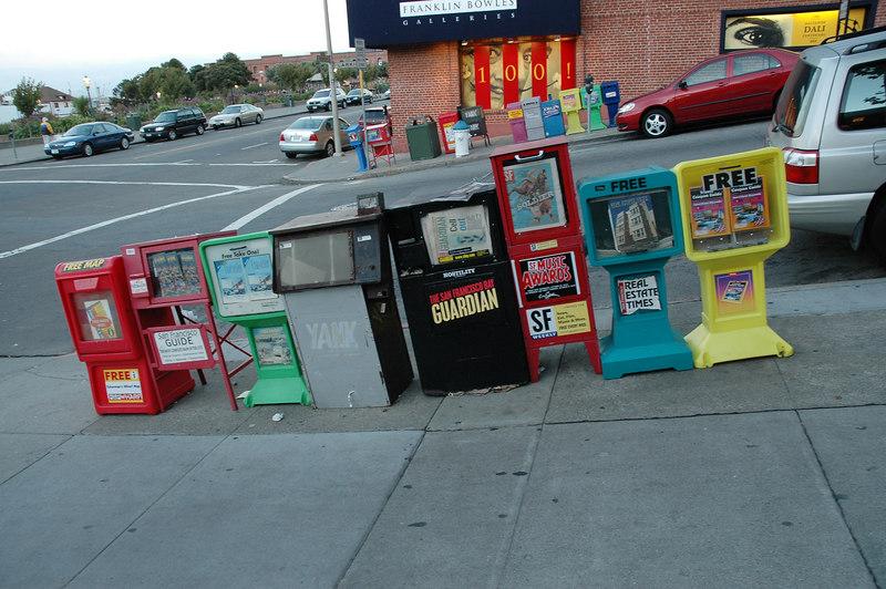 舊金山街道旁常有成群的報章刊物箱供人免費索取
