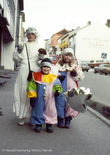 VU 1990. Fra v Marie, Morten og Tonje Harnang. Dronningens gate Klar for barnas kostymetog.