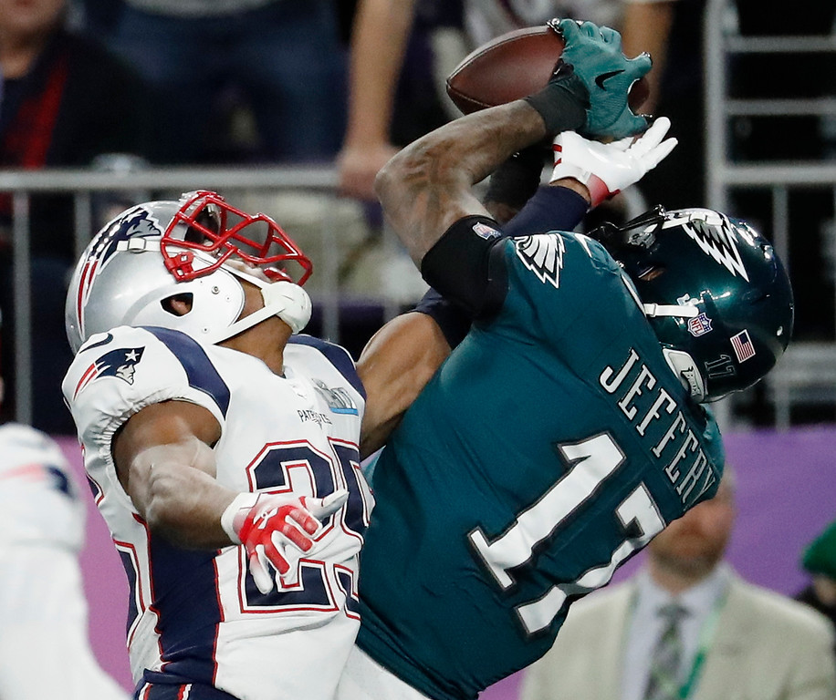 . Philadelphia Eagles\' Alshon Jeffery, right, catches a touchdown pass over New England Patriots\' Eric Rowe during the first half of the NFL Super Bowl 52 football game Sunday, Feb. 4, 2018, in Minneapolis. (AP Photo/Matt York)