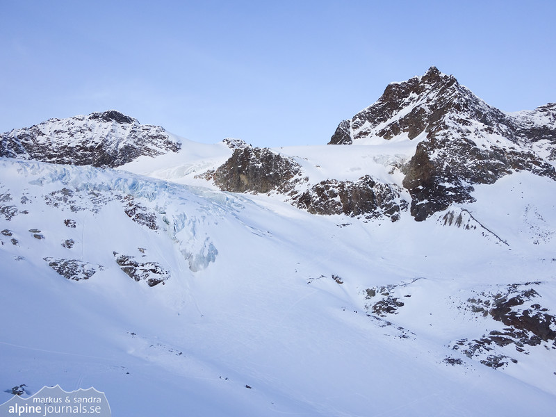 The way to Silvrettahorn, Signalhorn and Piz Buin passes beneath the icefall.