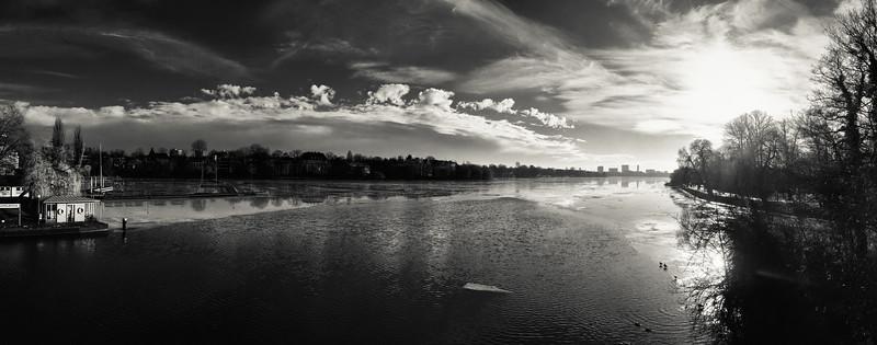 Krugkoppelbrücke Aussicht auf die Außenalster mit Eis auf der Alster in Schwarzweiß