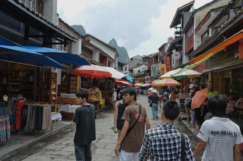 Hier an der Endstation der Kreuzfahrt gibt es eine Einkausstrasse für Touristen.