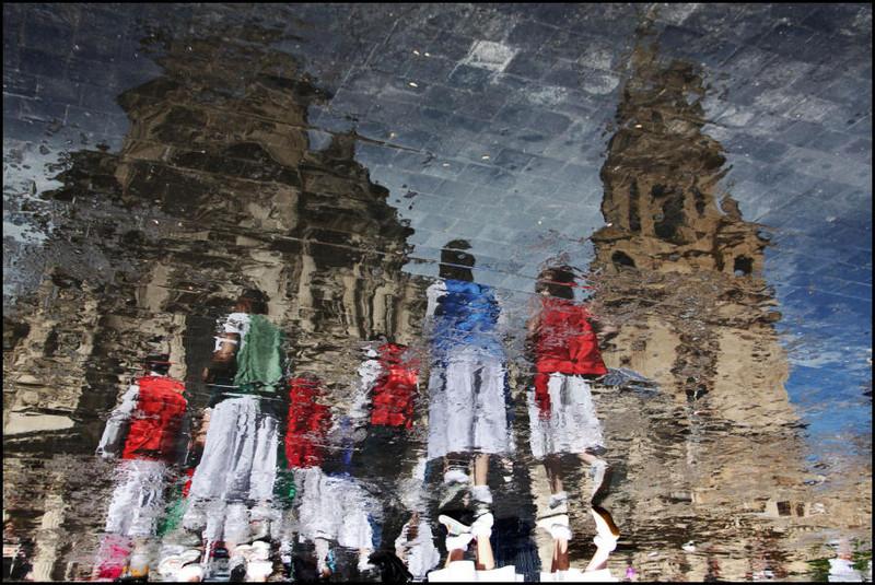 Reflejos huertanos Grupo de jóvenes encaminando sus pasos hacia el Bando.  Autor:Pilar Martínez Mateo