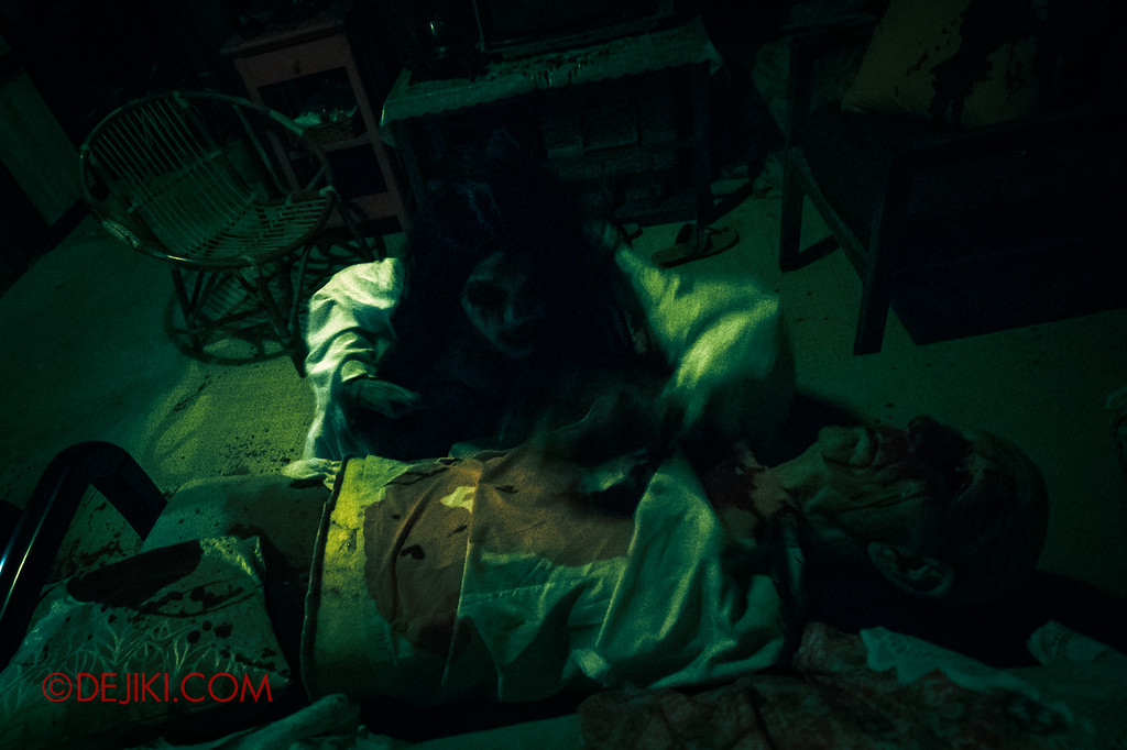 USS Halloween Horror Nights 8 – Pontianak haunted house – Living room scares from below