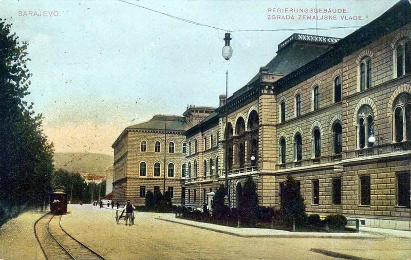 Zgrada zemaljske vlade - danas Presjedništvo BiH. Izgradjena 1885. godine po projektu arhitekte Josipa Vancaša, a zgrada Direkcije željeznica izgradjena 1897. godine