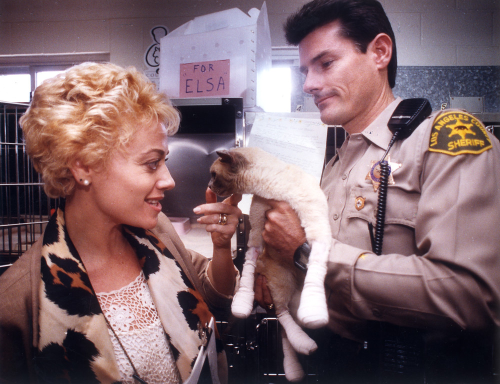 . At the Los Angeles County Animal Shelter in Agoura Hills, Patricia Craissati adopts Elsa the cat, held by Deputy Steve Robinson. Filmmaker Duncan Gibbins, a friend of Craissati\'s, was fatally burned in the Old Topanga fire while trying to save Elsa.   (11/12/93)   Los Angeles Daily News