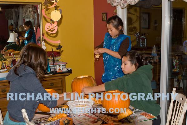 2008-10-26-Lim girls pumpkin carving