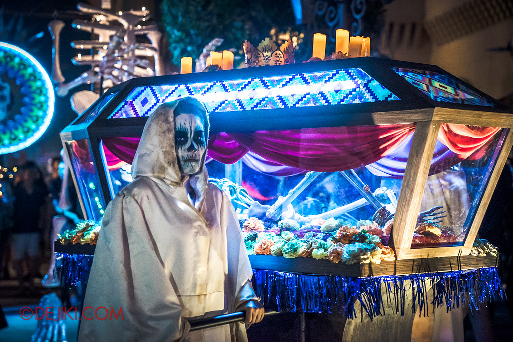 Halloween Horror Nights 6 - March of the Dead / Death March - Procession at Far Far Away glass coffin