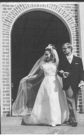 Dundo. JANECA MENDONÇA E GUILHERME SOARES Janeca  Mendonça e Guilherme  ao sairem da igreja do Dundo