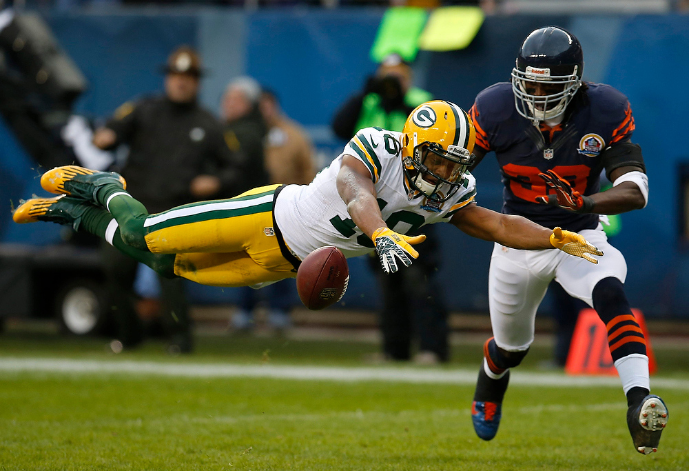 Description of . Green Bay Packers' Randall Cobb (L) dives for the ball but cannot come up with a catch as he is defended by Chicago Bears' Charles Tillman during the first half of their NFL football game at Soldier Field in Chicago, December 16, 2012.     REUTERS/Jim Young