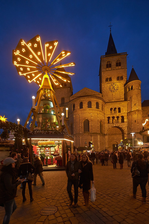 . View of the Christmas market on the main square Hauptmarkt in Trier, Germany, 25 November 2013. The market will open for business until 22 December. In background is the Trier Cathedral.  EPA/Thomas Frey -
