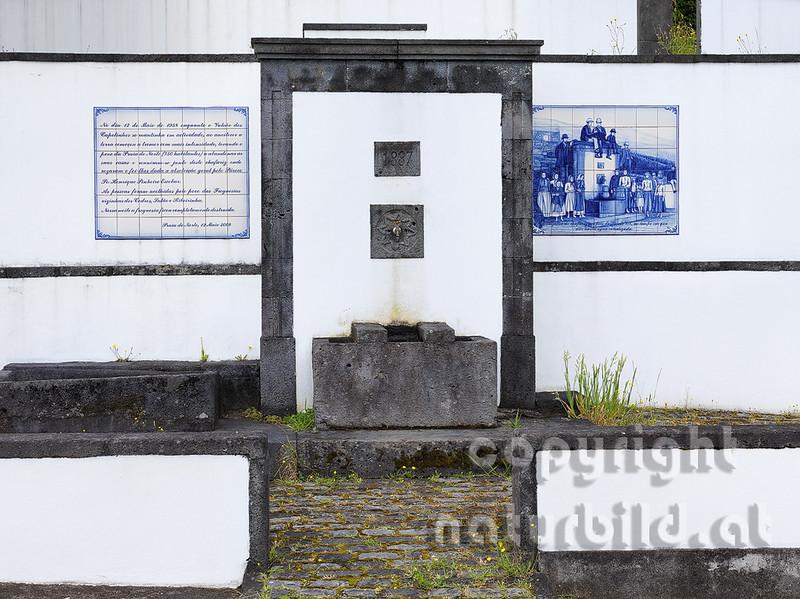 Gemauerter Brunnen mit Porzellan Tafeln verziert, Faial, Azoren, Portugal