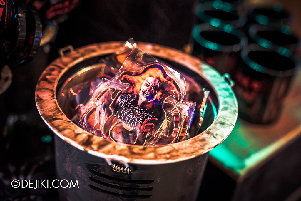 Universal Studios Singapore - Halloween Horror Nights 6 Before Dark Day Photo Report 4 - HHN6 Jack the Clown merchandise corner / bottle opener magnet
