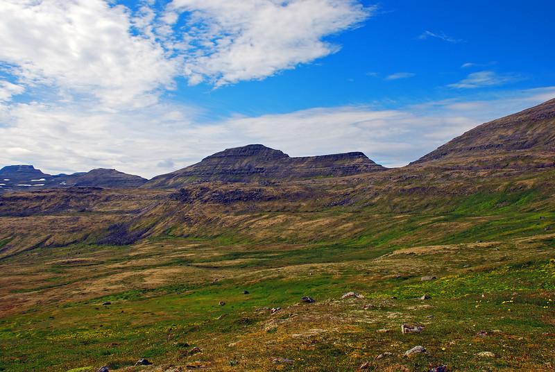 Til hægri sést í Dögunarfell, næst kemur Hestskarð og þá Kýrskarð.