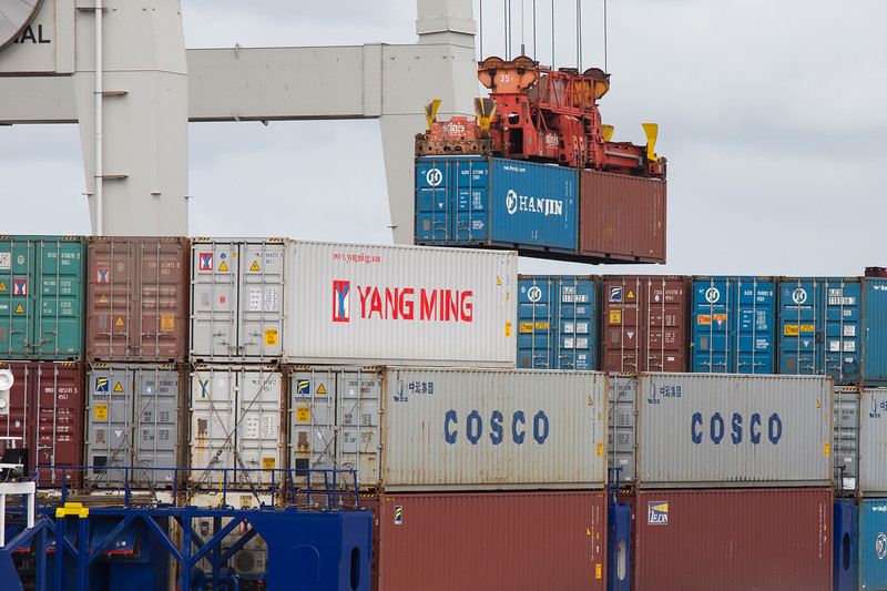 Container in der Luft fliegende Container am Containerterminal in Hamburg