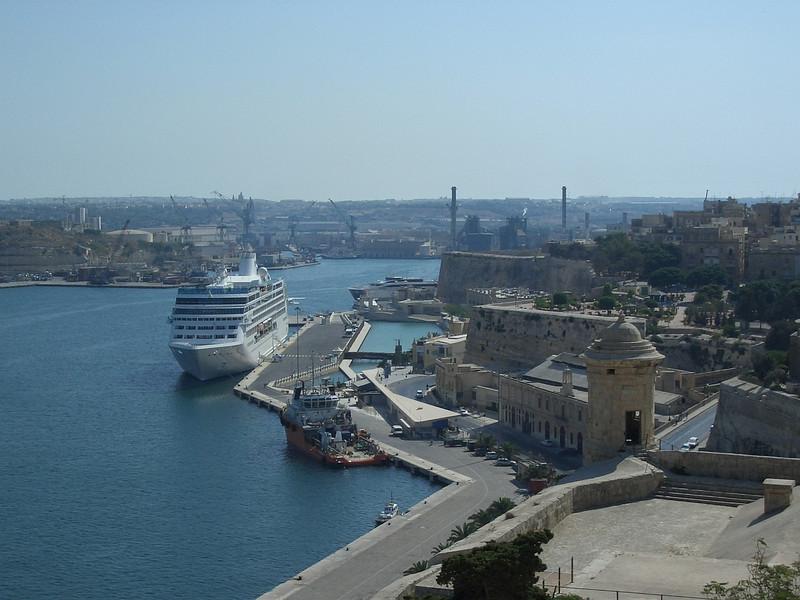Malta Valletta 9 cruise ship.JPG