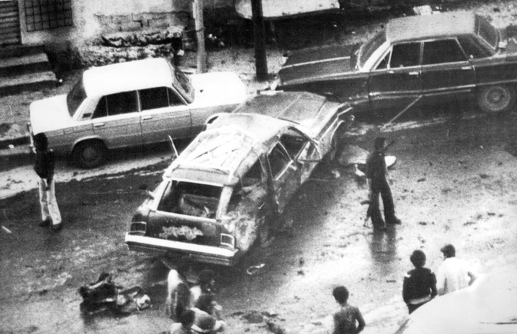 . Photo published by Beirut\'s Arabic language newspaper As Safir shows gunmen surrounding the blasted sedan car of PLO security chief Ali Hassan Salameh (Abu Hassan) on Jan. 22, 1979 in Beirut, Lebanon. Hassan and seven other persons were killed with several more people wounded. The PLO blamed Israel for the deaths. (AP-PHOTO/As Safir) --- Bei dem Sprengstoffanschlag am Montag, 22. Januar 1979 in Beirut starb in diesem Wagen Ali Hassan Salameh (Abu Hassan), Sicherheitschef der PLO. Mit ihm wurden sieben weitere PLO-Angehoerige getoetet und mehrere Personen verletzt. (AP-PHOTO/As Safir)