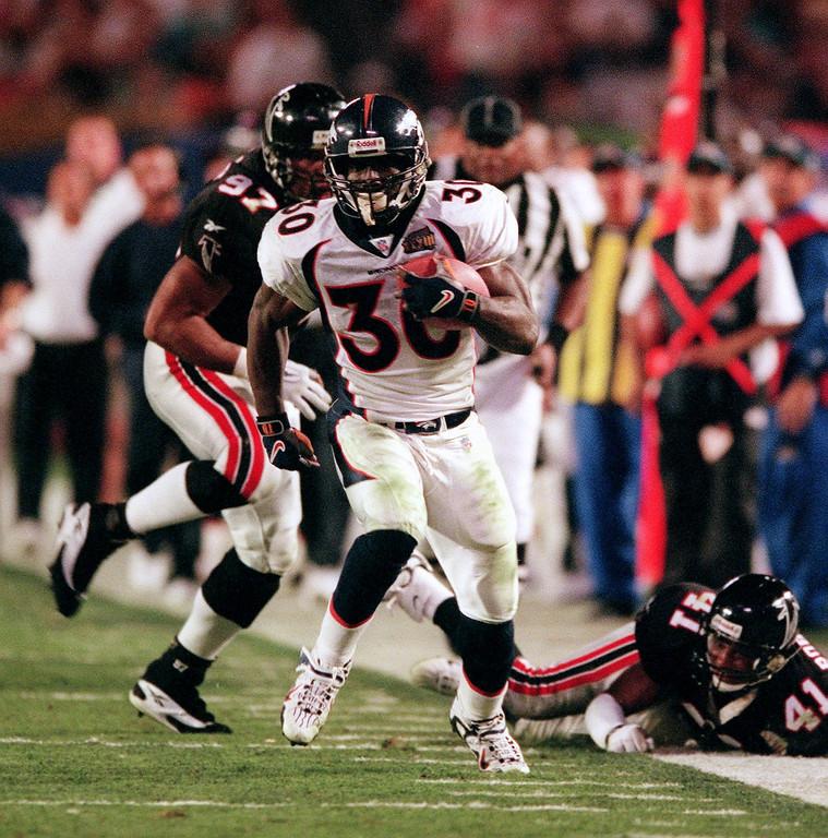 . Denver Broncos Terrell Davis runs for big yards  during the 4th quarter of Super Bowl XXXIII at Pro Player Stadium.  (Karl Gehring/The Denver Post)