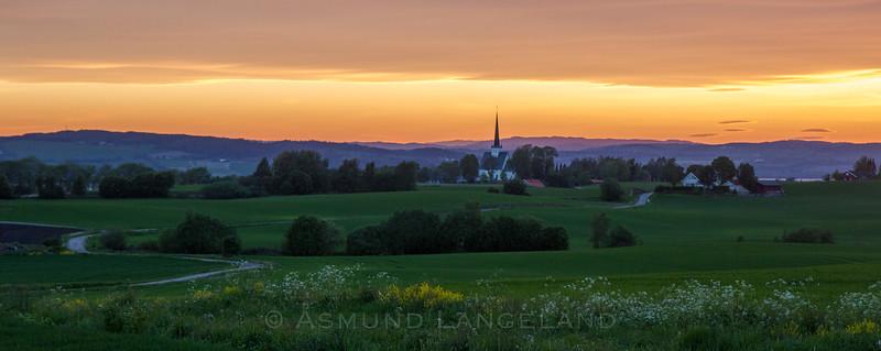 Solnedgang over Stange kirke