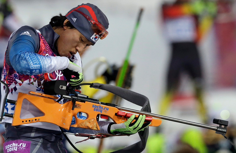 . South Korea\'s Lee In-bok prepares to shoot during the men\'s biathlon 20k individual race, at the 2014 Winter Olympics, Thursday, Feb. 13, 2014, in Krasnaya Polyana, Russia. (AP Photo/Lee Jin-man)