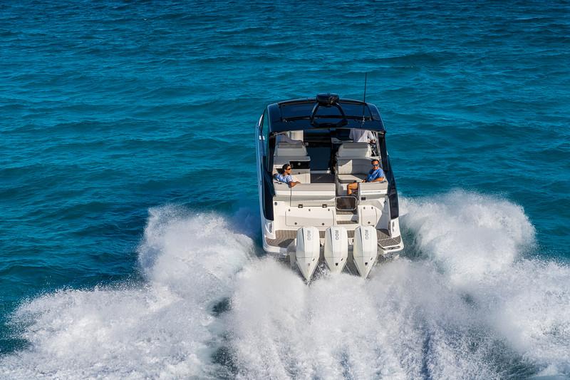 2021-Sundancer-370-Outboard-DAO370-running-stern-07377.jpg