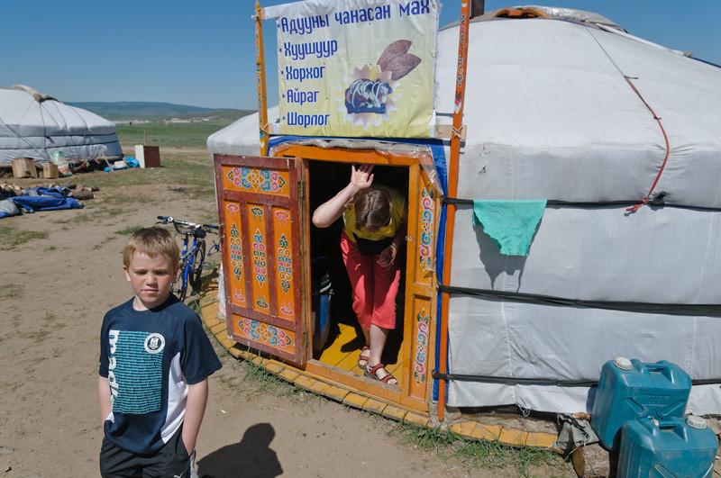 Vorsicht, Kopf runter. Sogar die Mongolen sind zu gross für diese Türen.