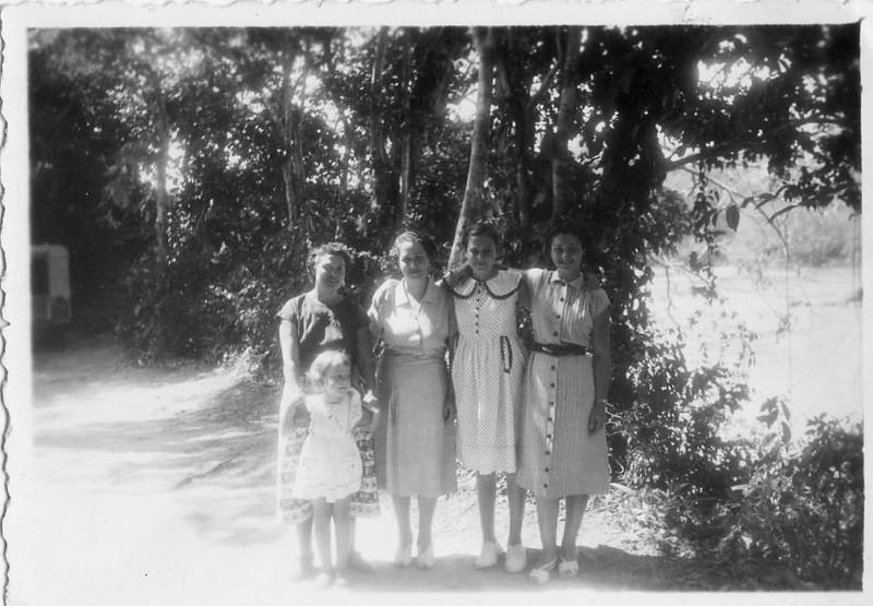 """Dundo - estrada do turismo, em 1954,   Marina Rosendo,Vanda Rosendo, a D.Emília, avó da Isabel Reis, a Isa Rosendo, e a Mila """"Carvalho"""" Reis"""