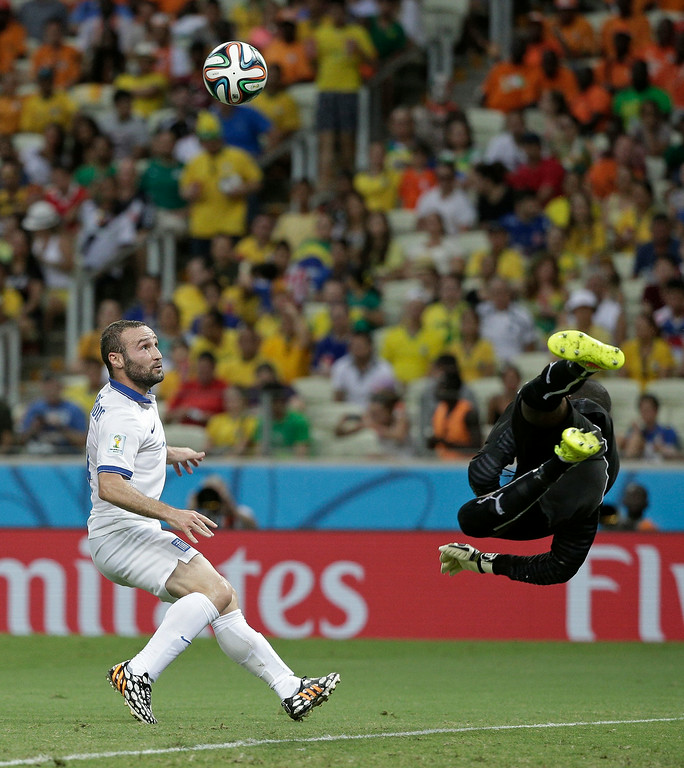 . Ivory Coast\'s goalkeeper Boubacar Barry makes a save on a shot by Greece\'s Dimitris Salpingidis during the group C World Cup soccer match between Greece and Ivory Coast at the Arena Castelao in Fortaleza, Brazil, Tuesday, June 24, 2014. (AP Photo/Christophe Ena)