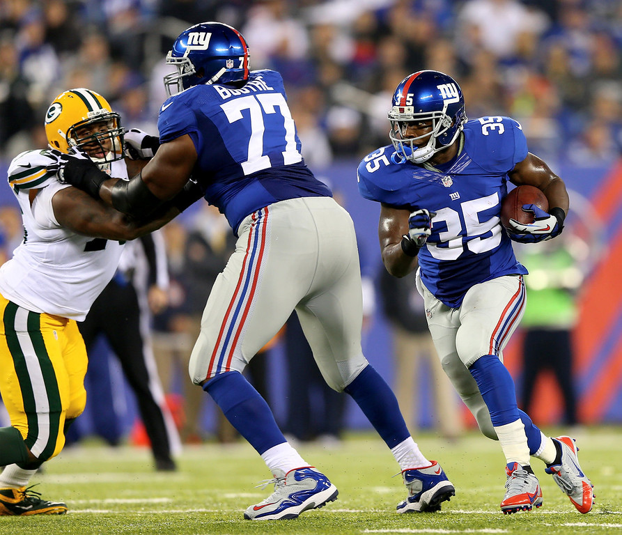 . Andre Brown #35 of the New York Giants carries the ball as  Kevin Boothe #77 blocks against the Green Bay Packers at MetLife Stadium on November 17, 2013 in East Rutherford, New Jersey.  (Photo by Elsa/Getty Images)