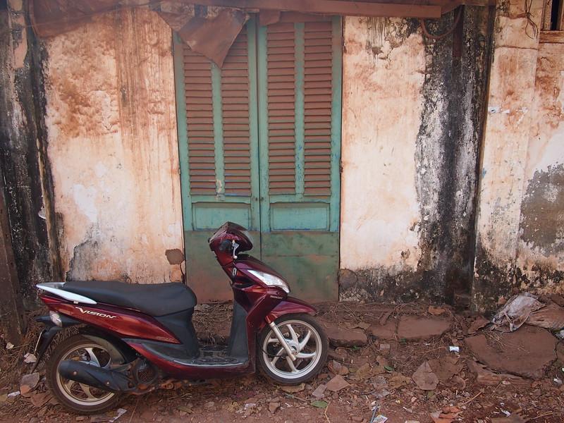 P1317254-bike-on-old-door.JPG
