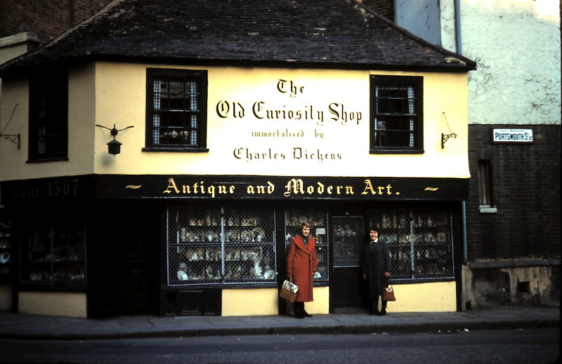 1959-11-8 (13) The Old Curiosity Shop,London with Anne & Mary.JPG