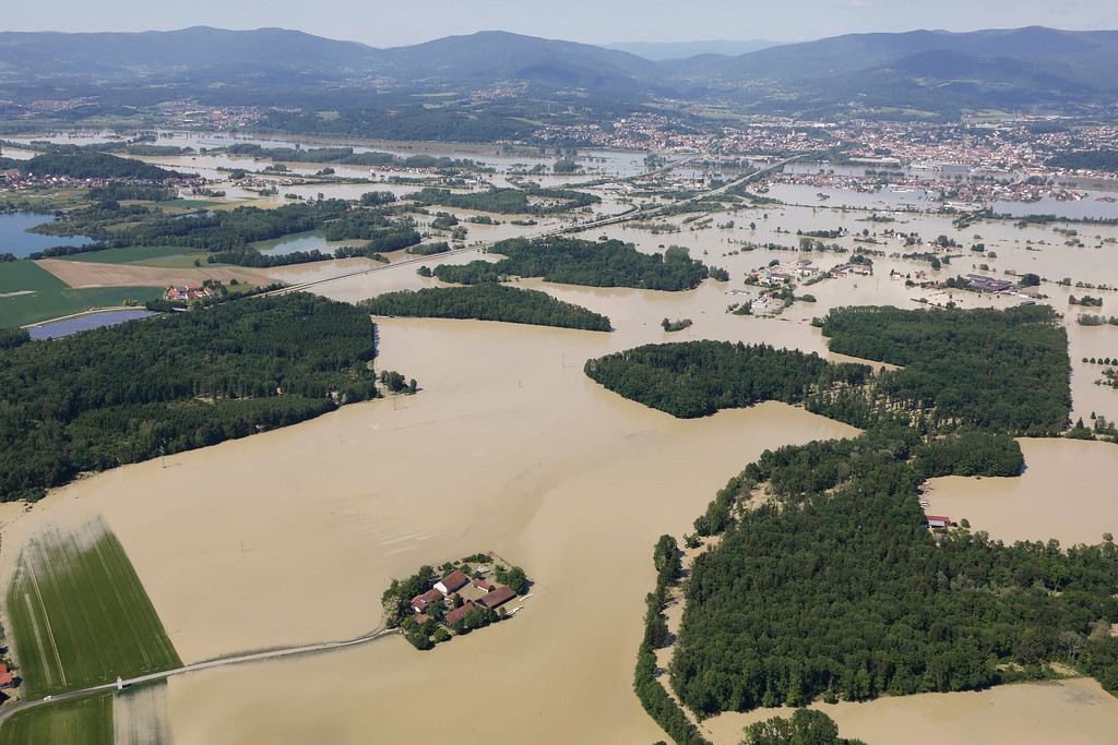 . A small settlement is totally surrounded by the floods of the river Danube near the eastern Bavarian city of Deggendorf and the mountain rig of the Bavarian Forrest (rear) June 5, 2013. REUTERS/Wolfgang Rattay