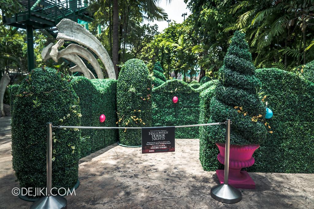 Halloween Horror Nights 7 Before Dark 1 / Happy Horror Days scare zone Easter Garden Maze entrance