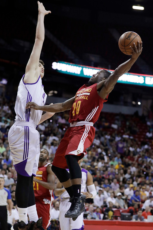 . Cleveland Cavaliers\' Kay Felder shoots against Los Angeles Lakers\' Ivica Zubac during the first half of an NBA summer league basketball game Thursday, July 14, 2016, in Las Vegas. (AP Photo/John Locher)