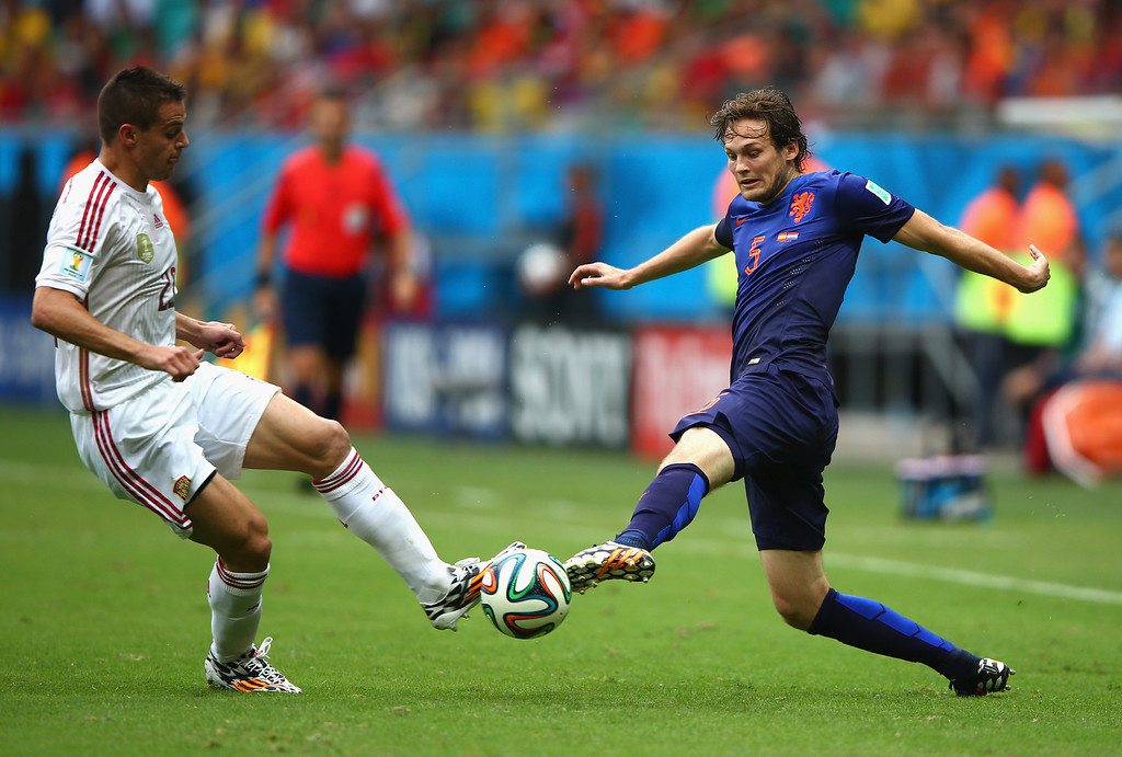 . Cesar Azpilicueta of Spain challenges Daley Blind of the Netherlands in the first half during the 2014 FIFA World Cup Brazil Group B match between Spain and Netherlands at Arena Fonte Nova on June 13, 2014 in Salvador, Brazil.  (Photo by Ian Walton/Getty Images)