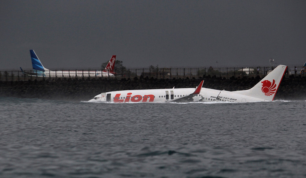 . The body of a Lion Air plane is seen in the water after it missed the runway in Denpasar, Bali April 13, 2013. All 108 passengers and crew survived when a Lion Air Boeing 737 missed the runway on the Indonesian resort island of Bali on Saturday and landed in shallow water, an airline spokesman and government officials said.  REUTERS/Stringer