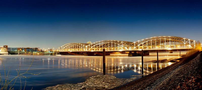 Elbbrücken im Winter bei Nacht mit Eis auf der Elbe Langzeitbelichtung Hamburg