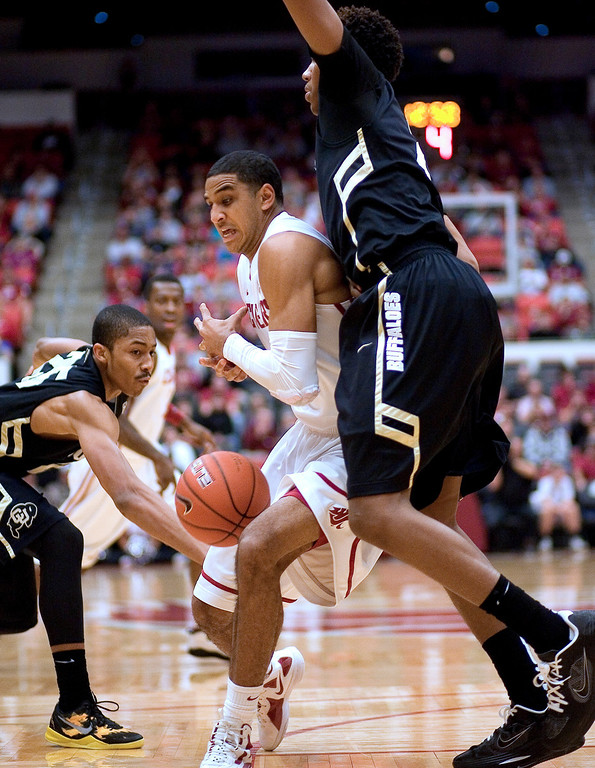. Washington State guard Will DiIorio, center, reacts after Colorado guard Spencer Dinwiddie, left, stripped the ball as forward Andre Roberson, right, defends during the first half of an NCAA college basketball game Saturday, Jan. 19, 2013, in Pullman, Wash. (AP Photo/Dean Hare)