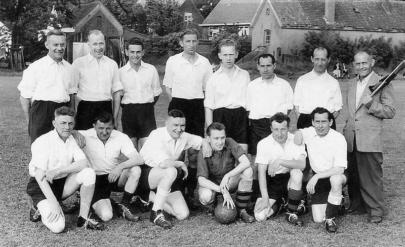 Voetbalteam van St. Anneke dat speelde tegen het team van de Knollenplukkers op het terrein van Quick aan de Hazenkampseweg