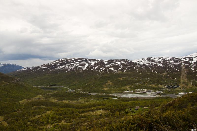 Climbing up the mountain. Here we are above the tree line with a view at Tyinkrysset. / Klatrer opp fjellet. Her er vi over tregrensa med utsikt over Tyinkrysset.