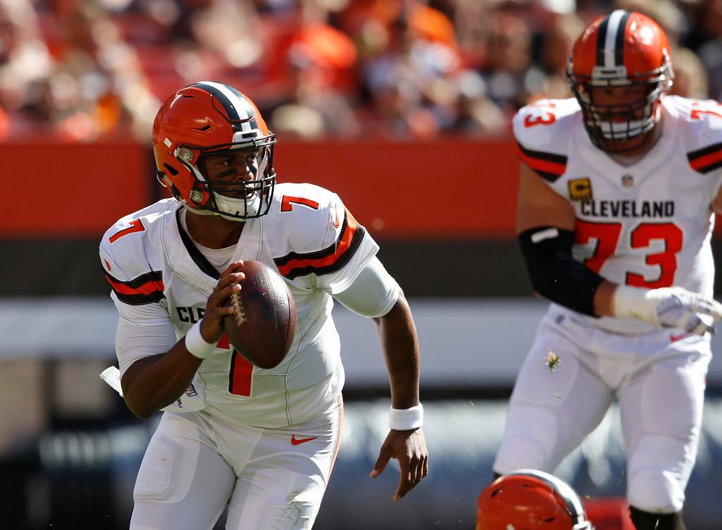 . Cleveland Browns quarterback DeShone Kizer (7) scrambles in the first half of an NFL football game against the Cincinnati Bengals, Sunday, Oct. 1, 2017, in Cleveland. (AP Photo/Ron Schwane)