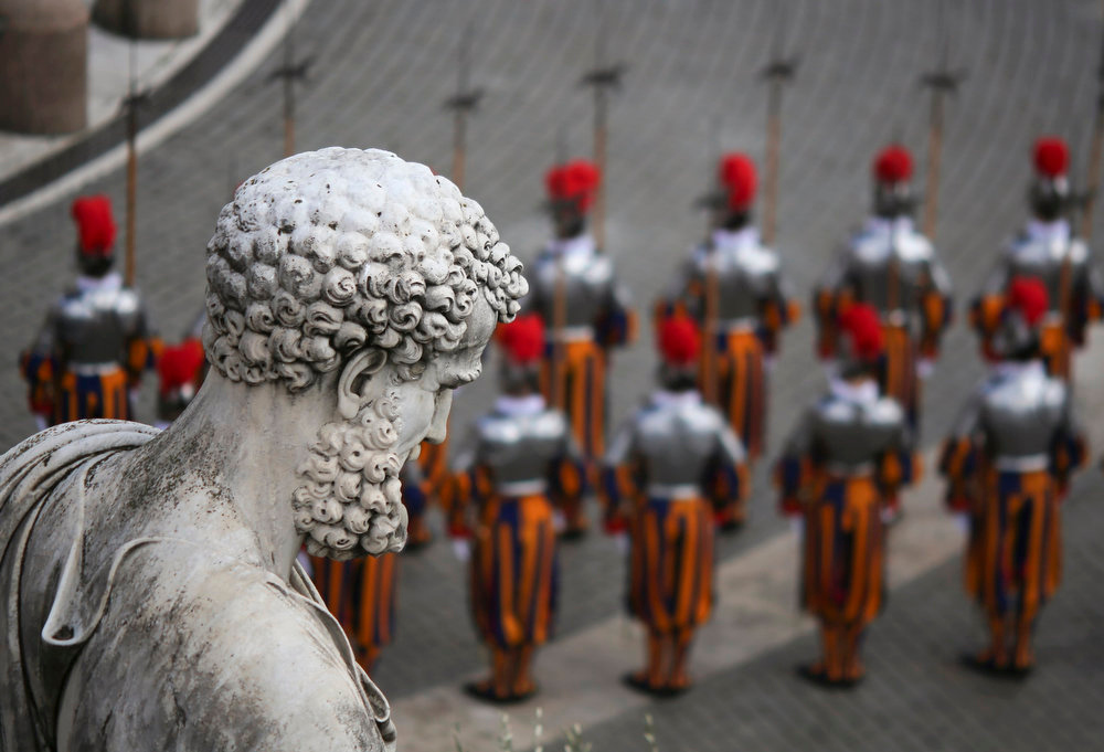 . Swiss guards stand at attention before the start of the Easter mass led by Pope Francis in St. Peter\'s Square at the Vatican March 31, 2013. REUTERS/Alessandro Bianchi