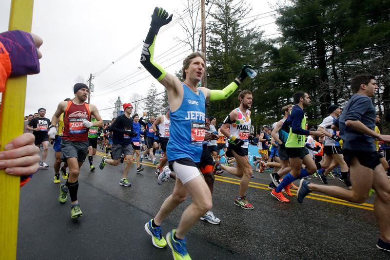 . Runners, including Jeffrey Martin, center, of Edmonds, Wash., start the Boston Marathon, Monday, April 20, 2015, in Hopkinton, Mass. (AP Photo/Stephan Savoia)