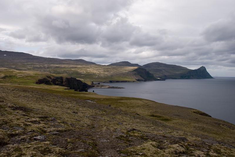 Gönguleiðin framundan, yfir Hólkabætur, Bjarnarnesið skagar fram, þá Hrollaugsvík, Axarbjarg, Látravík og Hornbjarg