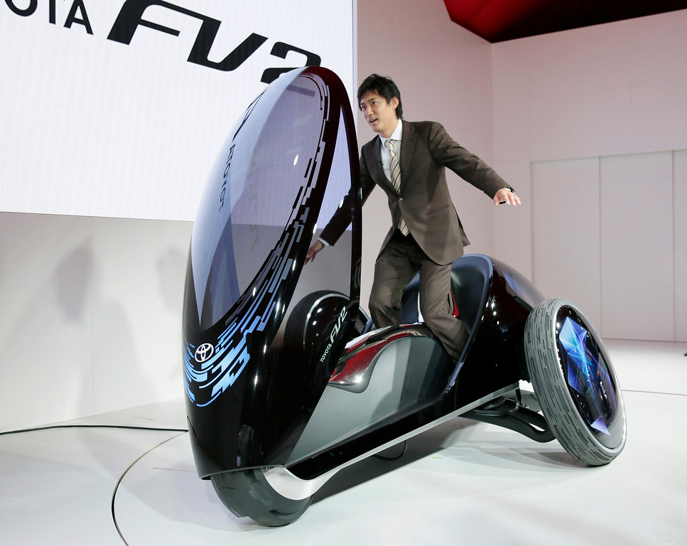. A TV reporter tries to control a Toyota Motor Corp.\'s Toyota FV two, at the 43rd Tokyo Motor Show 2013 in Tokyo, Japan, 20 November 2013.   EPA/KIMIMASA MAYAMA