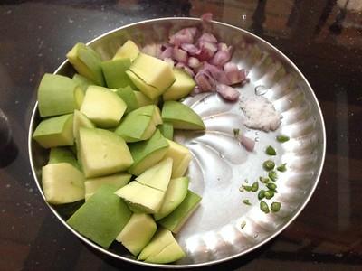 Green Mangoes with Chili Salt Shallot